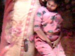 Bangladeshi Bhabhi sıcak hissediyor