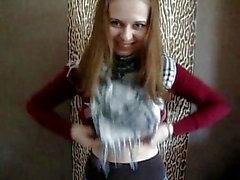 Молодая девушка показала свою грудь