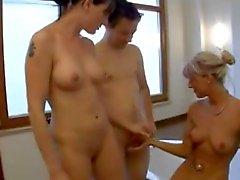 MILF allemand et plus jeune brunette baisée au baignoire