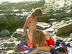 Koskocaman göğüslerle olan lifeguard kendi sulu kedi yaladı gets beach