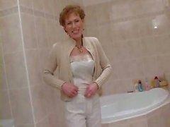 La Deutsche Hausfrau rasiert ihre Fotze