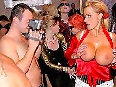 Två kåt slynor kysser varandra på scenen för i en förening på en könsbestämmer orgien