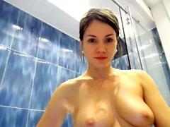 Mükemmel bir vücut duş mastürbasyon ile Esmer
