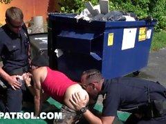GAYPATROL - L'allarme silenzioso innesca i poliziotti per scopare un perp (xg16057)