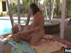 Jodi West wird am Pool geschlagen