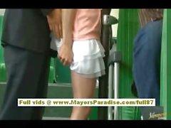 Rio asian Teen Babe bekommen ihre haarige Möse gestreichelt im Bus