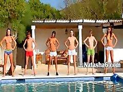 Seis adolescentes nuas na piscina da Rússia