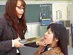 Schulmädchen in der Einheitlichen Zwangs Pissen Getränke von ihrem Lehrer Reiz gewürgt im Klassenzimmer