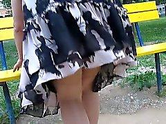 Sukkahousut upskirt puutarhassa