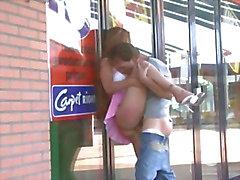 Muchacha bastante adolescente que de tener relaciones sexuales públicamente mediante un ventana de la tienda