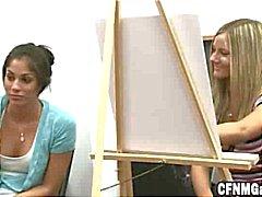 Meninas Desenho Caras rígidos na aula de arte