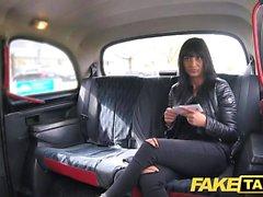 Fake Taxi Saucy kuuma brunette tykkää Tšekin kukko