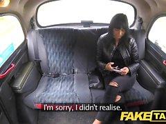Поддельное такси Дерзкая горячая брюнетка любит чешский член