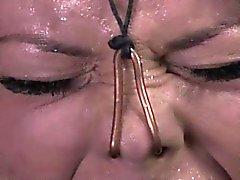 Hogtied Neben der Nase geklemmt und geknebelt