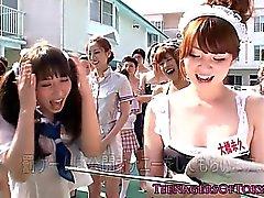 Awesome asiática divertida de sexo en grupo con los adolescentes de vestuario