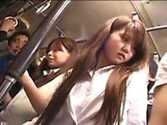 Belle fille japonaise a un mec touchant son cul fabuleux