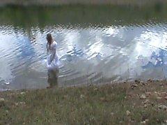 Grande robe de mariée dans un lac