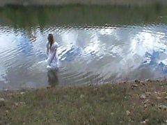 abito da sposa big in un lago