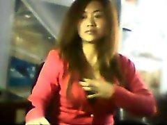 Chinese Girl Anzeige blinkt ihre Titten