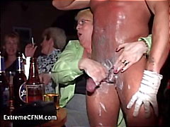 Wild Party Girls saugt einer Penis Male Strippers
