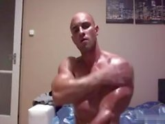 Yummy bodybuilder doing his thing on cam