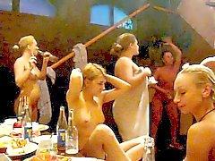 Обнаженные до пояса девушек танцевать в сауне