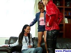 Meando lesbianas orinar en tres vías vestida