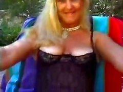 La abuelita Fucked In el patio trasero de la familia