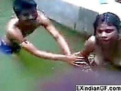 Kinky Indien babe se méchant avec des amis