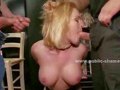 Blondie con los culo calor y de grandes helds boobs por hombres cine con las manos detrás de delante de public sex