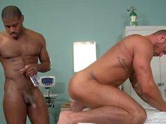 Muscle Daddy Viittaa U2 hänen lääkärinsä, tohtori Big Black Dick!
