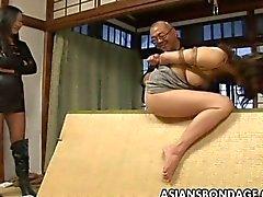 Vincolato asiatica si fà a sculacciate e il vibratore scopata