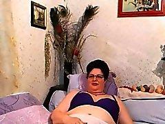 Озорной бабушка Дразнит ее волосатая Pussy
