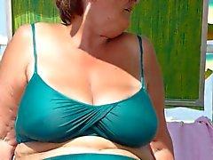 granny atractiva de espiaba a la playa de