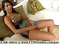 Bonaja Latine attirant à gros mamelles toying la chatte avec godemiché blue sur canapé