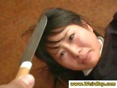 Cameriere asiatiche ottengono umiliati e trattati come cazzate in questa clip