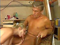 sevimli bir dev göğüsleri yaşlı bir adam tarafından içinde becerdin sarışın kısa Kazan dairesi