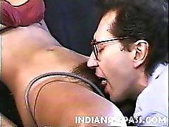 Schöne indischen Mädchens Claudia Das Nyce hat einen süßlichen Gesicht ein großes