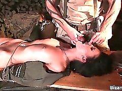 Kaksi kuumaa seksikkäitä kiimaiset armeijaan nussitaan
