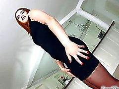 Brunette Asstraffic no vestido preto obtem analisada