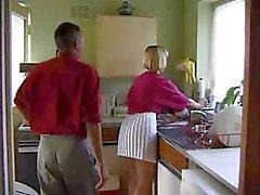 Britse slet wordt geneukt in de keuken