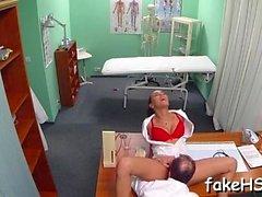 Поддельный врач получает ее вырвать забивается в поддельной больнице