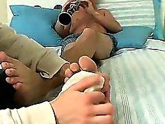 Trozo aficionados el conseguir su dedos del pie masaje y succionó