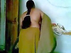 Sıcak Hintli Desi Anty, Genç Erkek Arkadaşıyla Seks Yapıyor