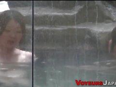 Ragazze asiatiche in bagno