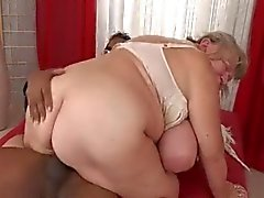 Big Tit das Cheinhas e Bonitas de avó Takes carne escura