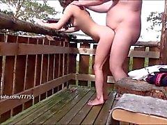 La Bête prend soin de sa petite fille sur le balcon à la cabane