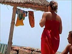 invraisemblable fille Français les seins nus plage de Tunésie