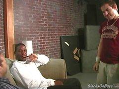 Valkoinen mies gets gangbanged mukaan mustat