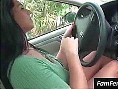 Rondborstige brunette Bella Reese knippert haar grote tieten in de auto